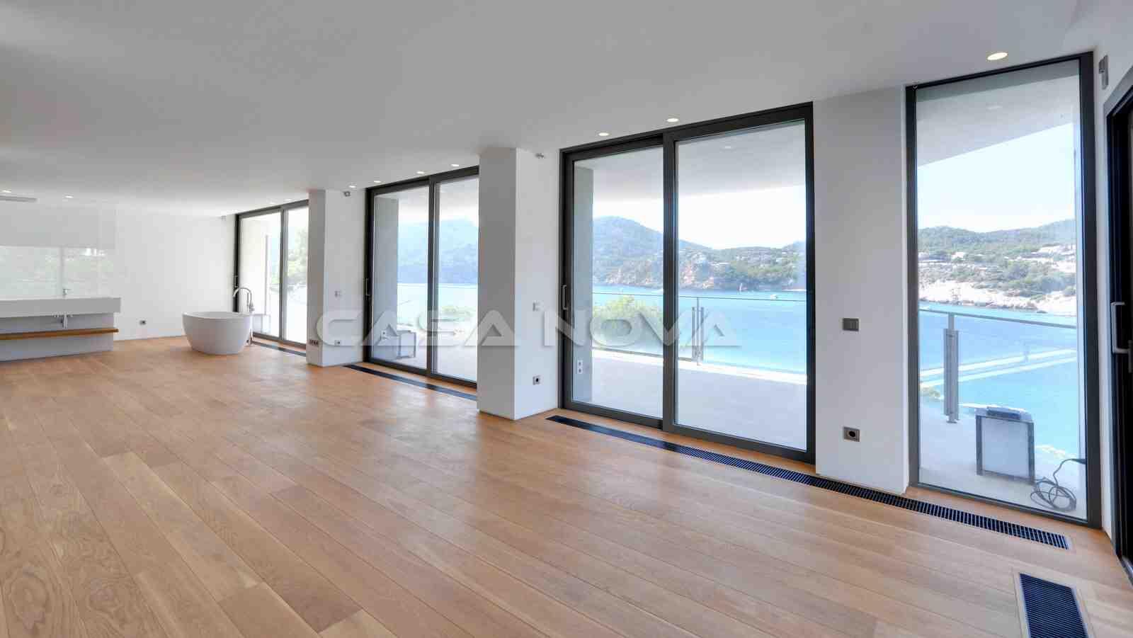 Modernes Hauptschlafzimmer mit Terrassenzugang
