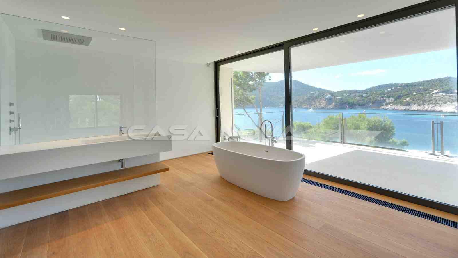 Helles Badezimmer mit Traumbadewanne und Blick
