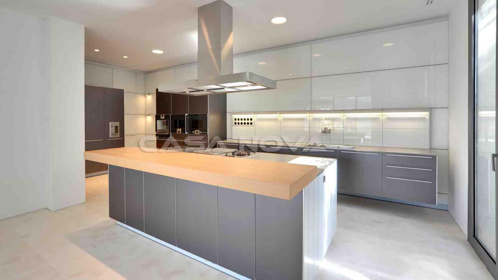 Moderne Einbauküche mit hochwertigen Elektrogeräten