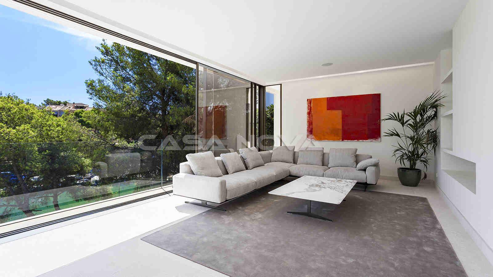 Heller Wohnbereich mit großen Fensterelementen