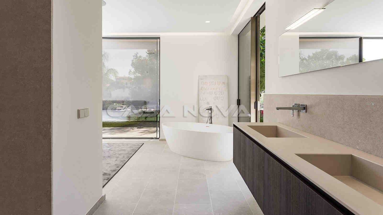 Stilvolles Masterbadezimmer mit Badewanne