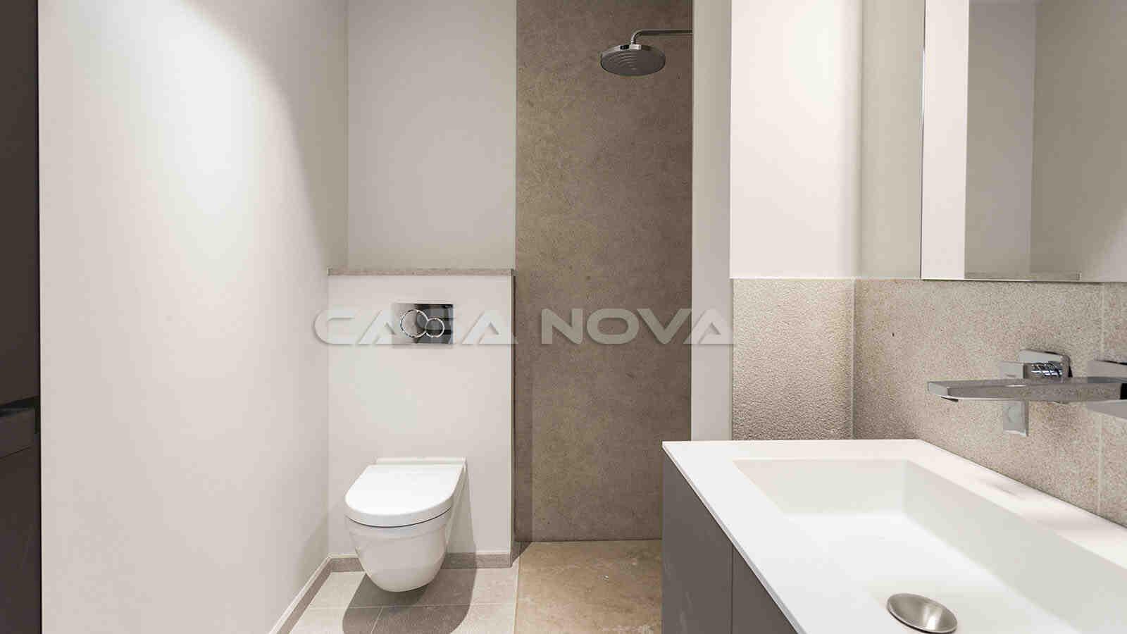 Modernes Badezimmer mit mediterranen Akzenten