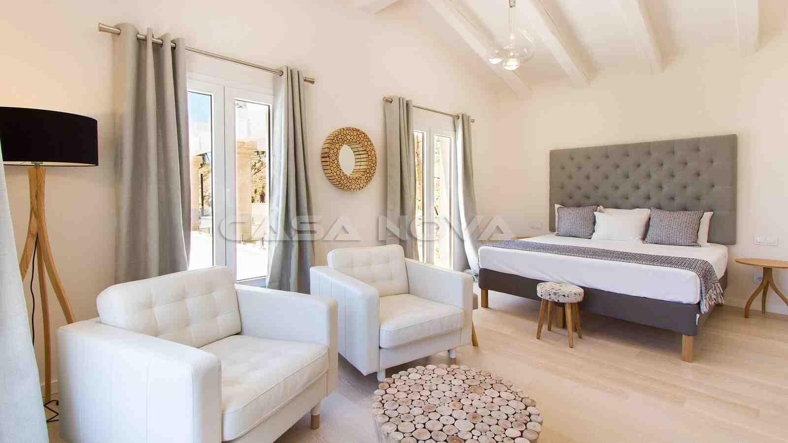 Elegantes Doppelschlafzimmer mit Sitzecke