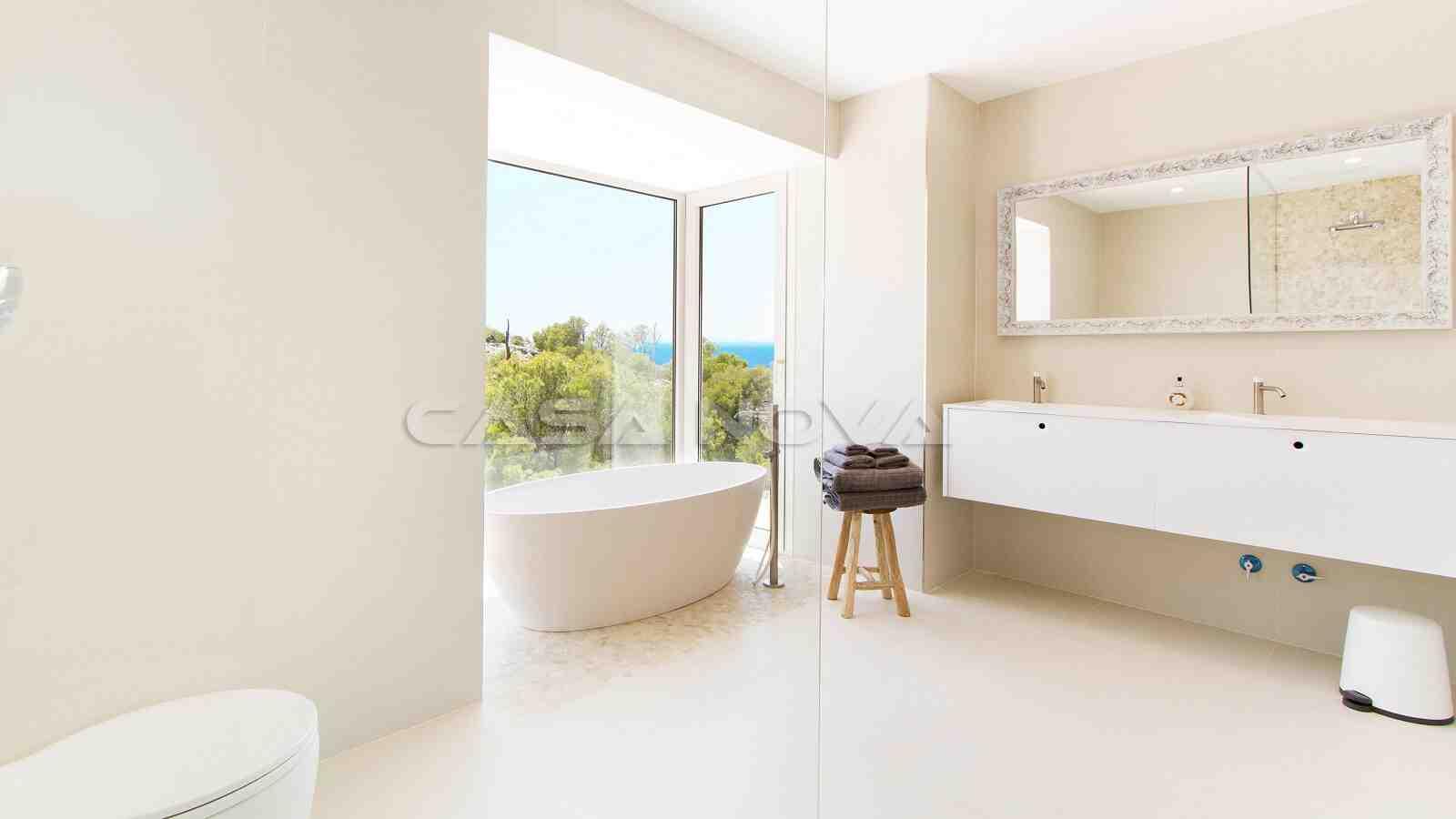 Großes Masterbadezimmer mit schicker Badewanne