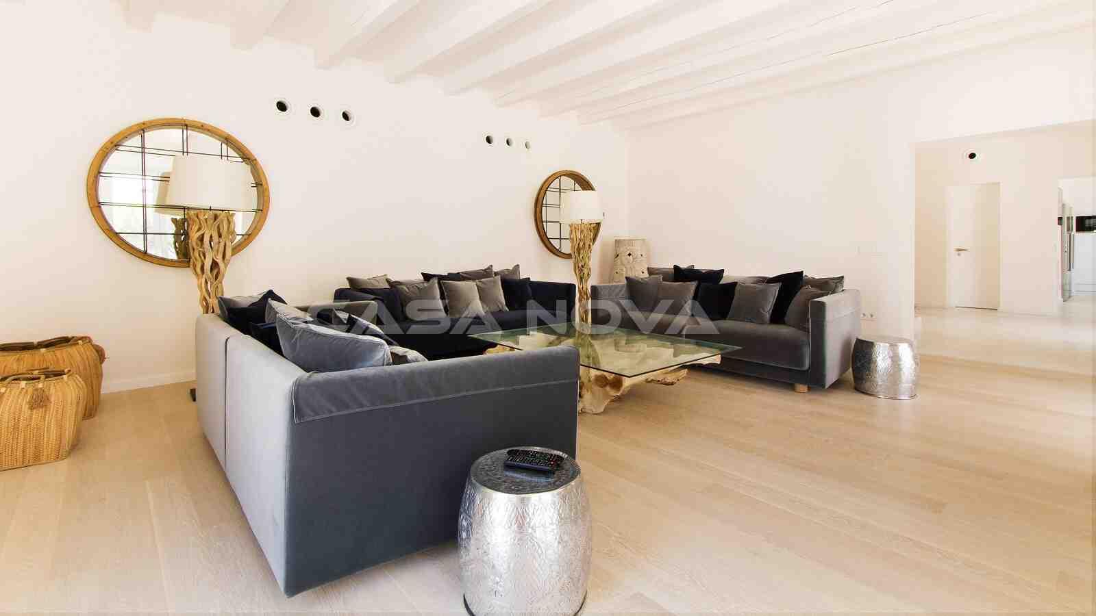 Großzügiges Wohnzimmer mit Sofalounge- Bereich