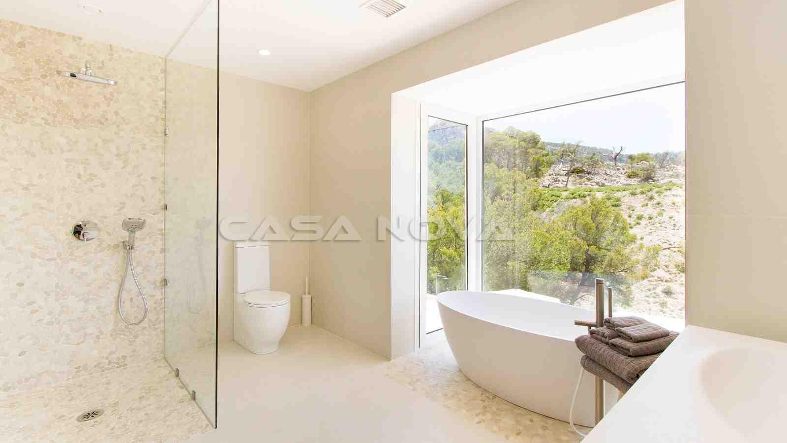 Prächtiges Badezimer mit Blick auf die Landschaft