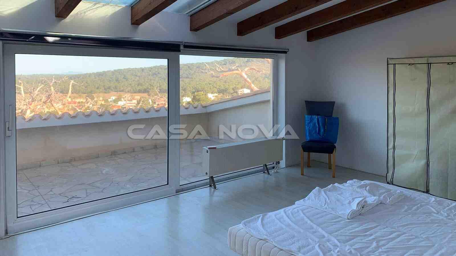 Lichtdurchflutetes Hauptschlafzimmer mit Terrasse und Bad en Suite