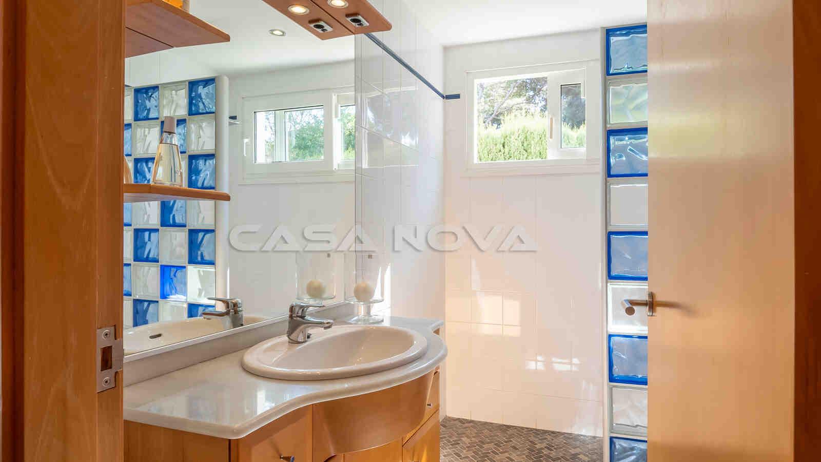 Charmantes Badezimmer mit Fenster