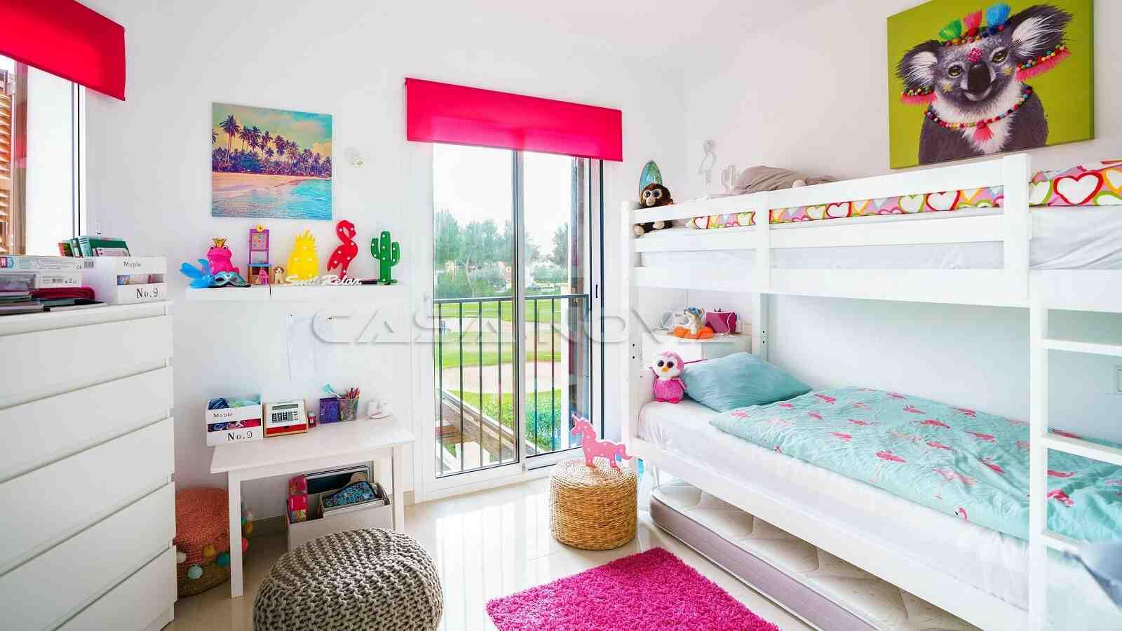 Schickes Kinderzimmer mit schönem Blick
