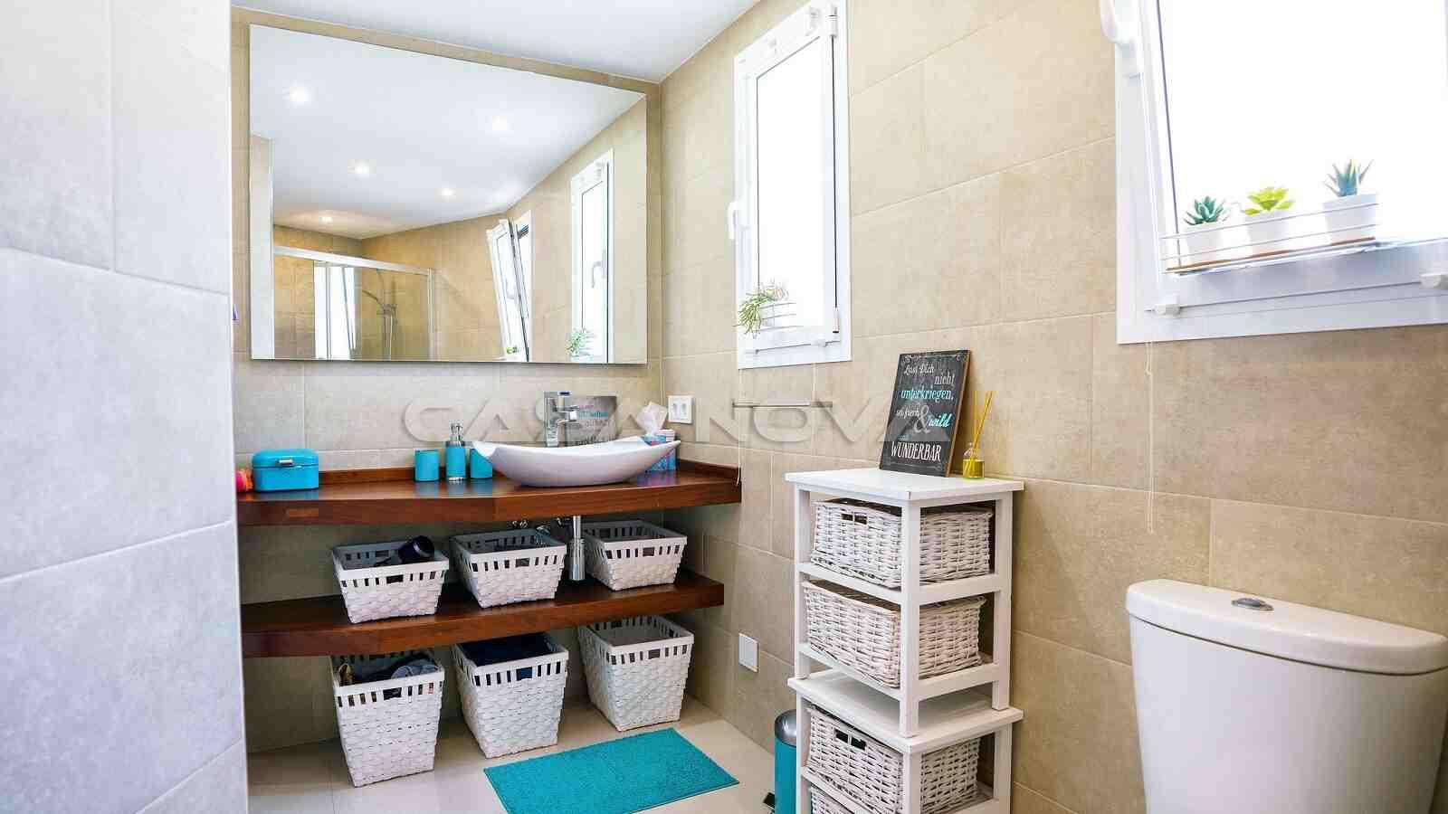 Stilvolles Badezimmer mit Fenster
