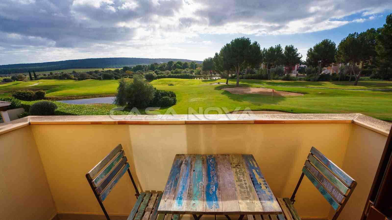Idyllische Terrasse mit Blick auf den Golfplatz