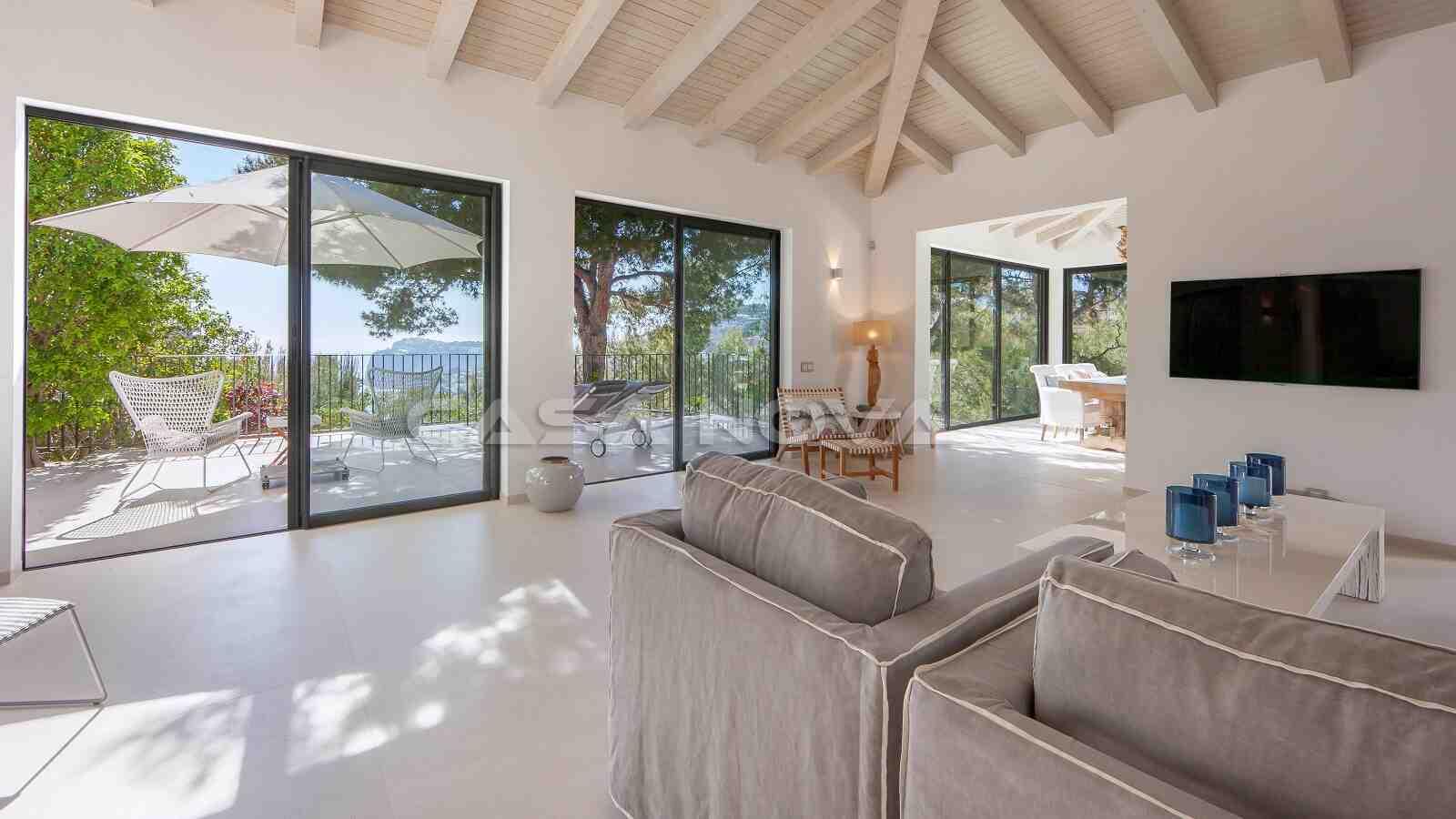 Offener Wohnbereich mit Kamin und Terrassenzugang