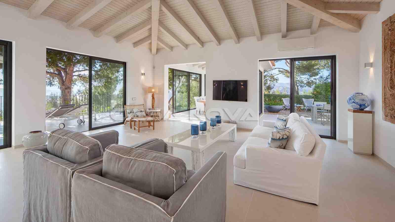 Helles Wohnzimmer mit großen Fensterfronten