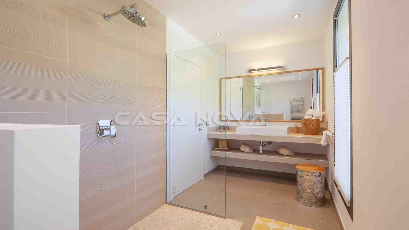 Modernes Badezimmer mit großer Glasdusche