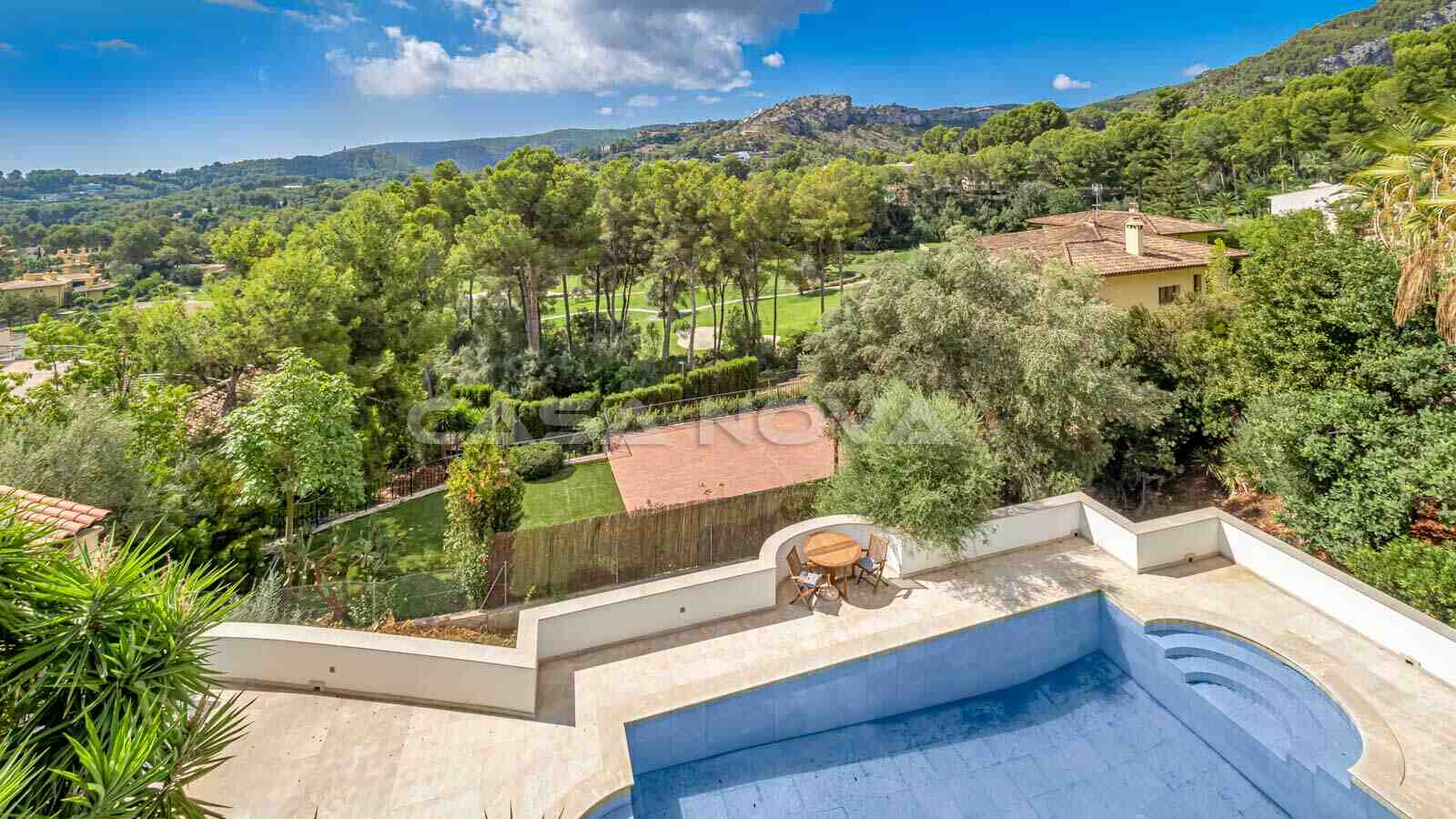 Imposante Villa mit elegantem Design und Teil- Meerblick