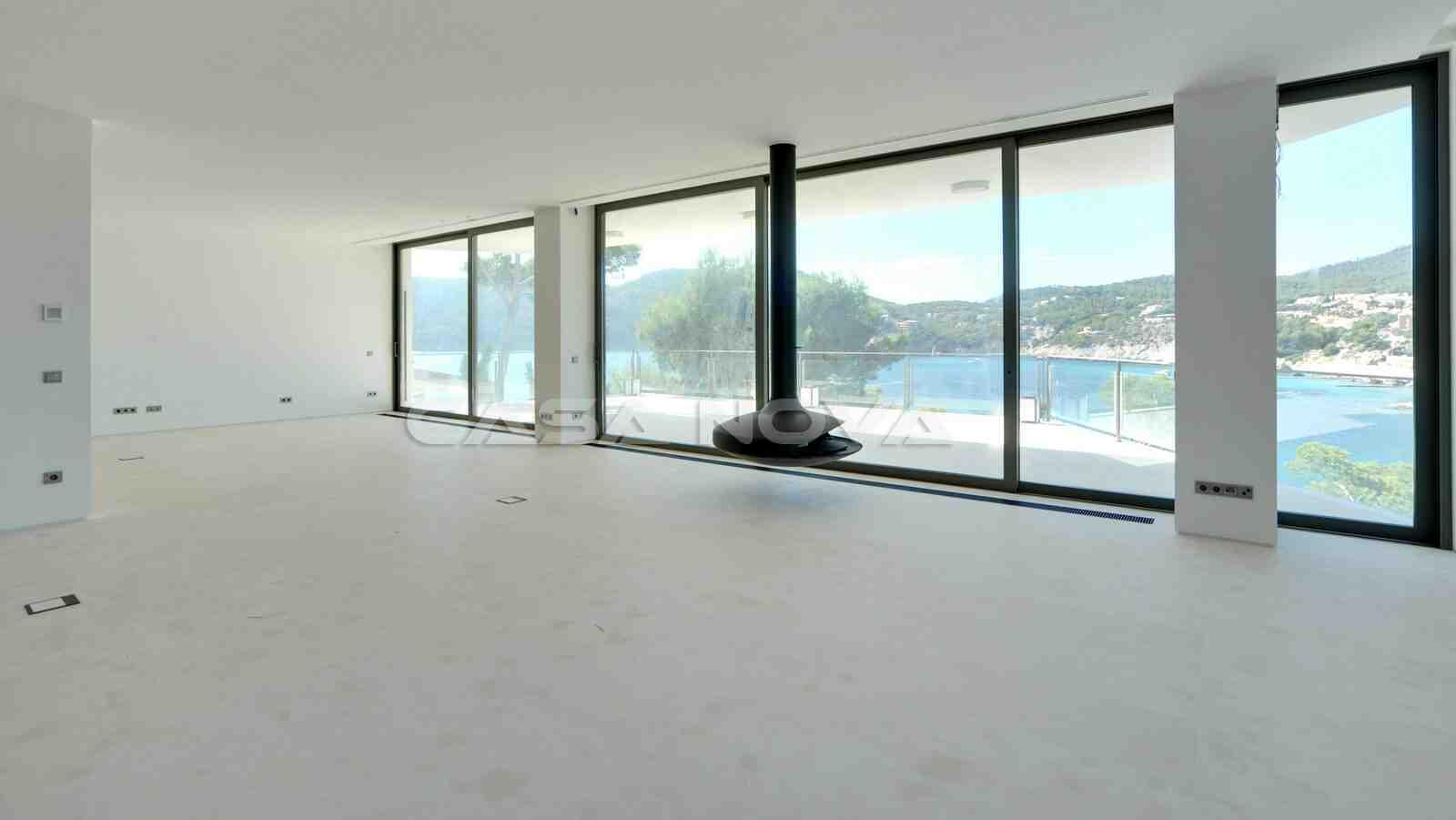 Großzügiger Wohnbereich mit großen Fensterelementen