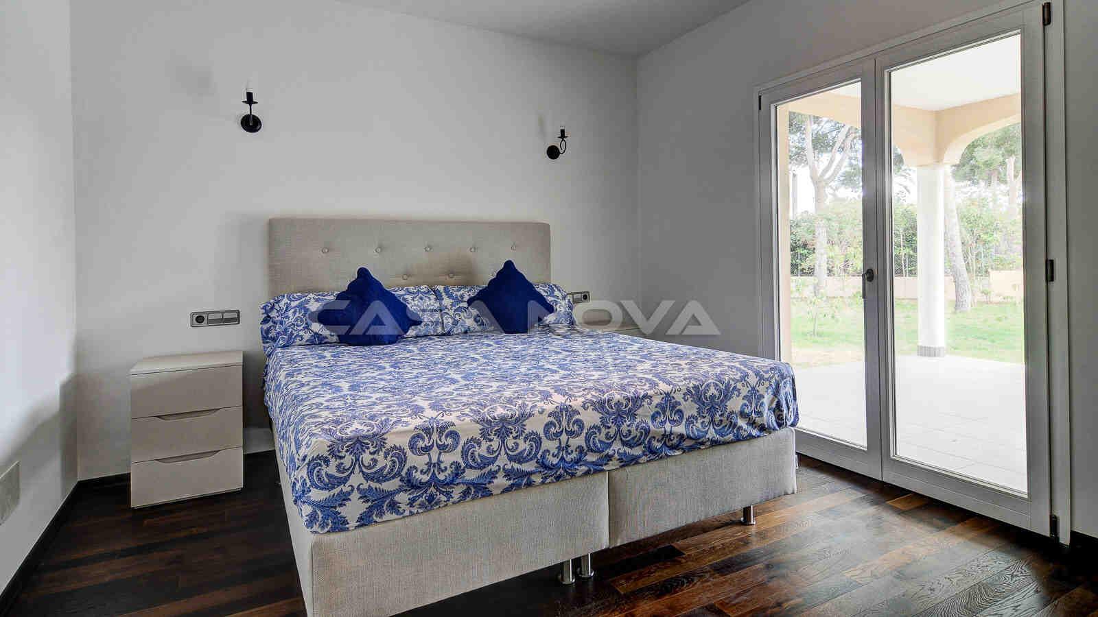 Lichtdurchflutetes Schlafzimmer mit Terrassenzugang