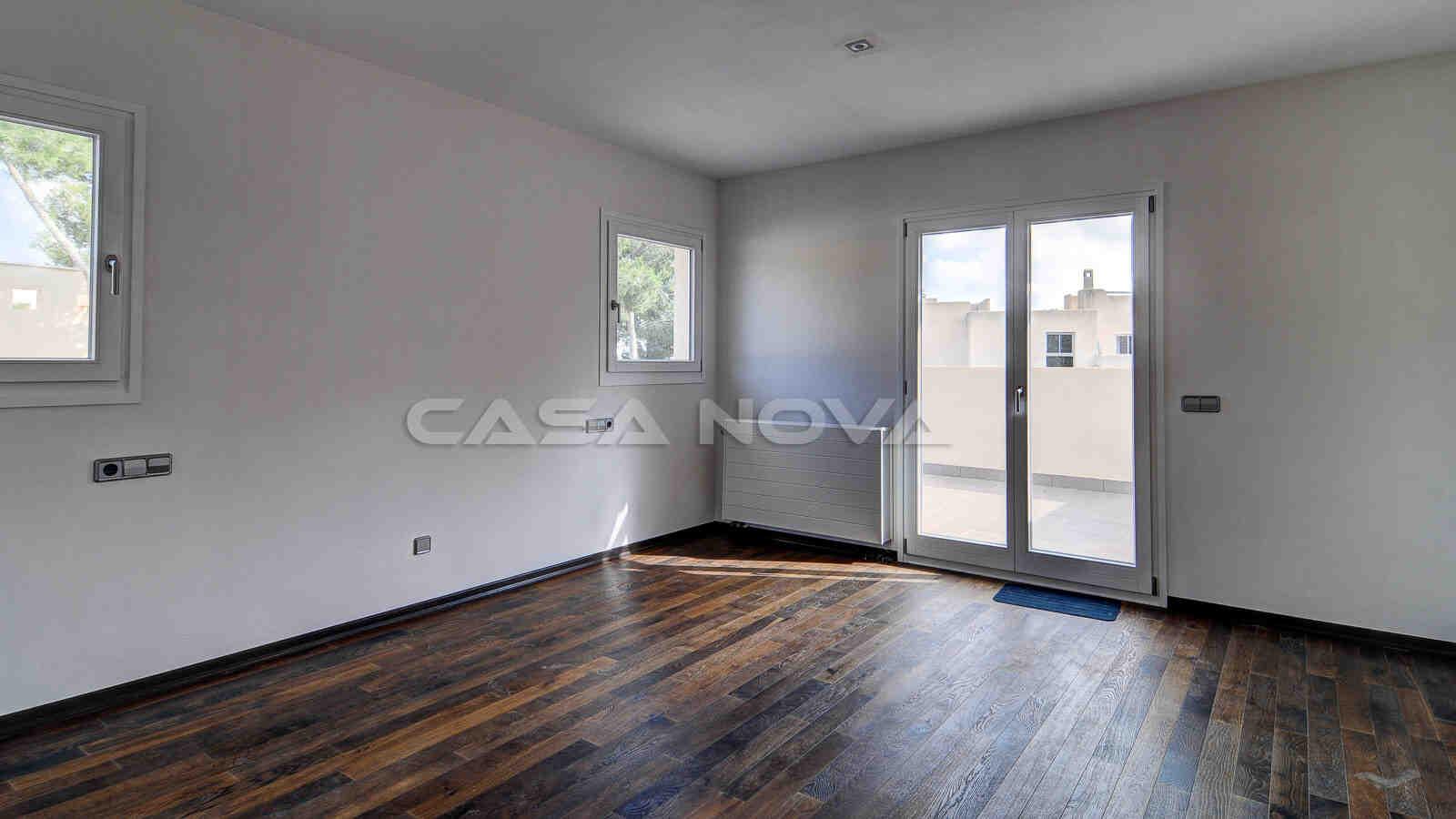 Grosses Schlafzimmer ebenfalls mit Zugang auf die Terrasse der Immobilie