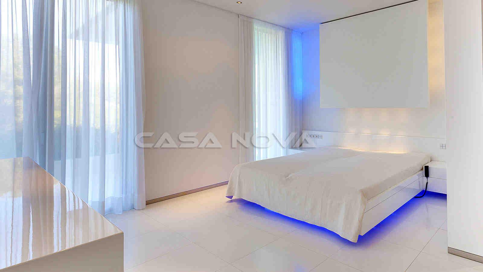 Elegantes Schlafzimmer mit viel natürlichem Lichteinfall