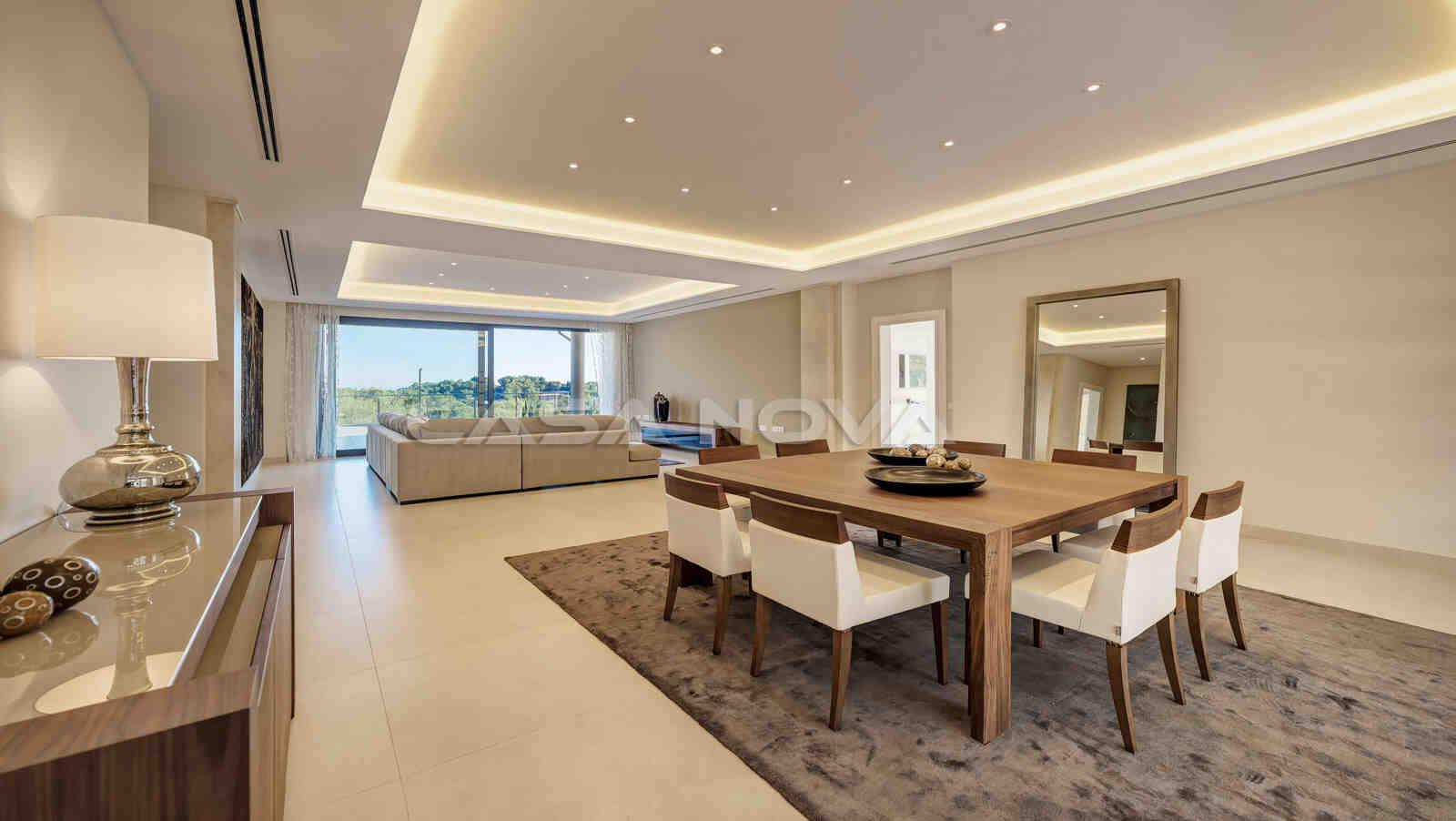 Moderner und lichtdurchfluteter Wohnbereich der Immobilie Mallorca