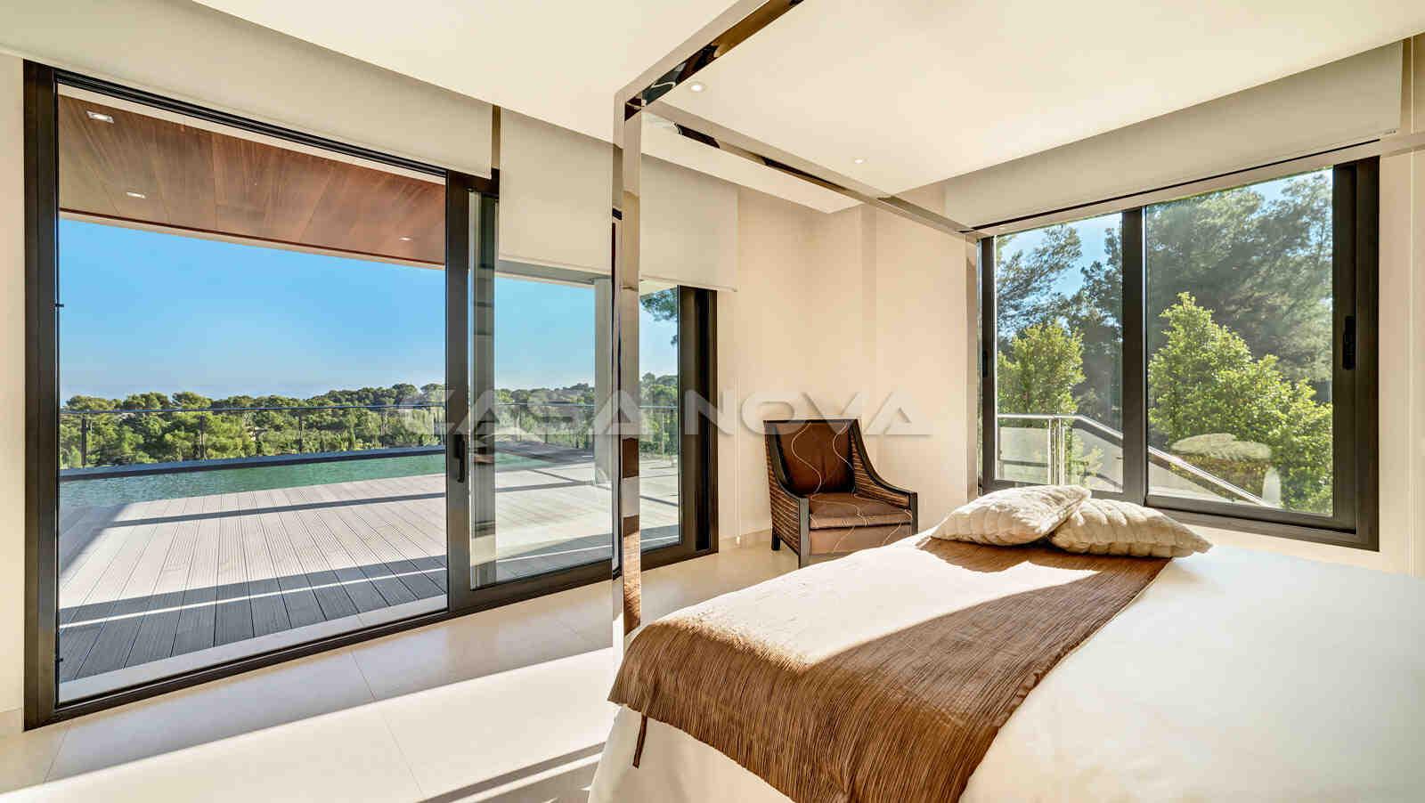 Traumhafter Blick vom Schlafzimmer auf den Pool und die herrliche Umgebung
