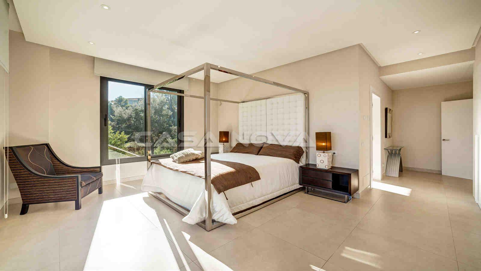 Grosses Hauptschlafzimmer mit Bad en Suite und Terrassenzugang