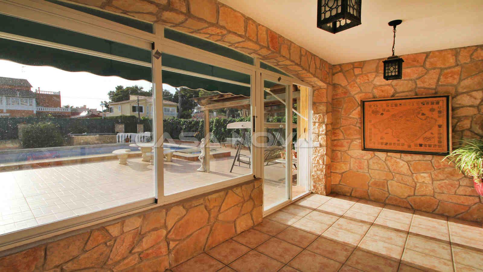 Zugang zum Pool und zur Terrasse