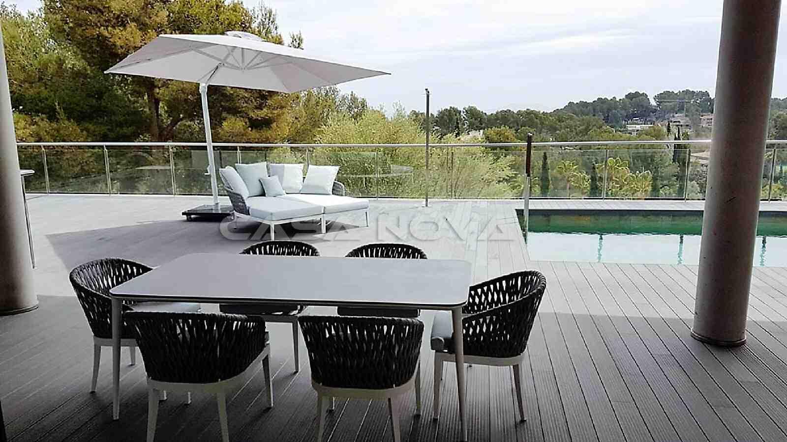 Überdachte Terrasse mit Blick auf den Pool und die Umgebung