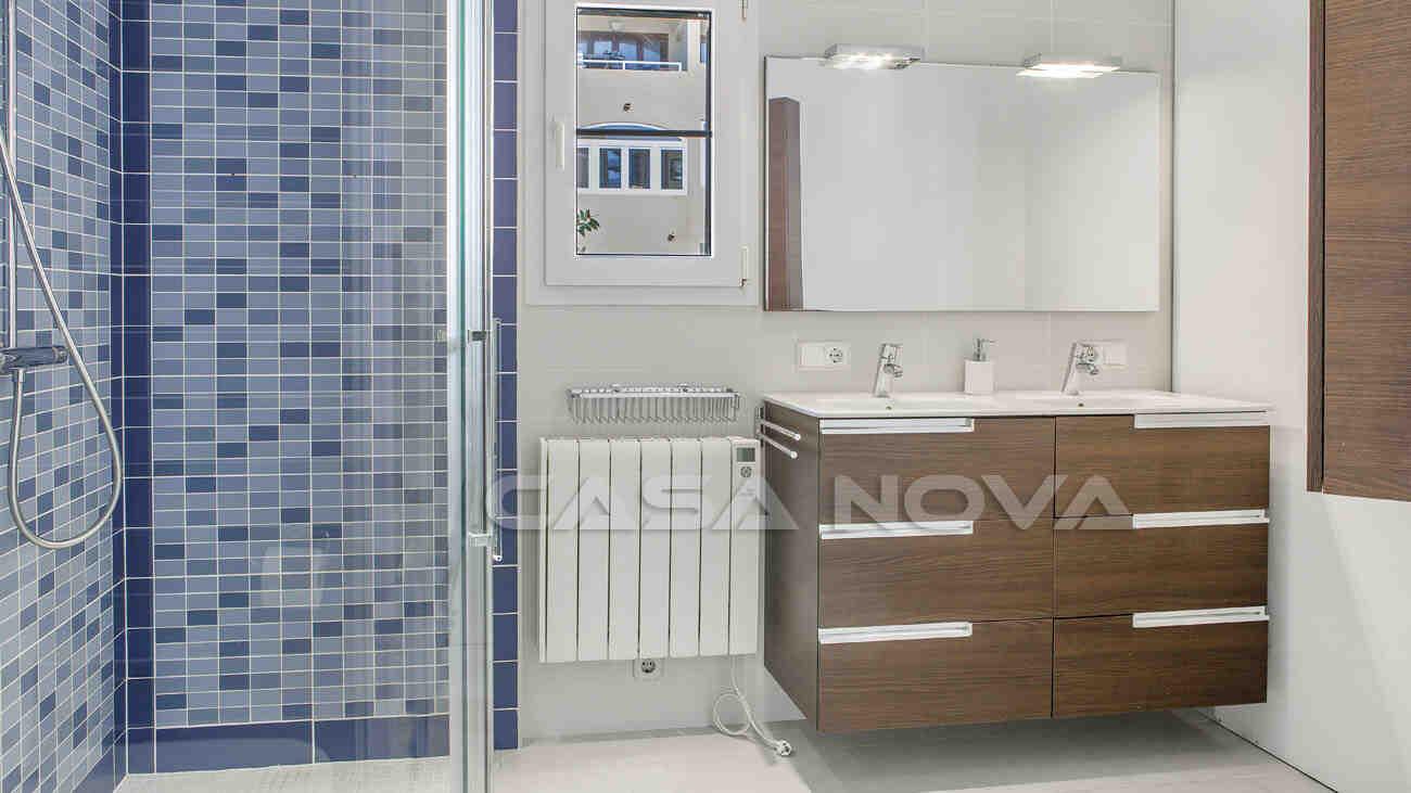 Modernes Badezimmer mit mediterranen Elementen