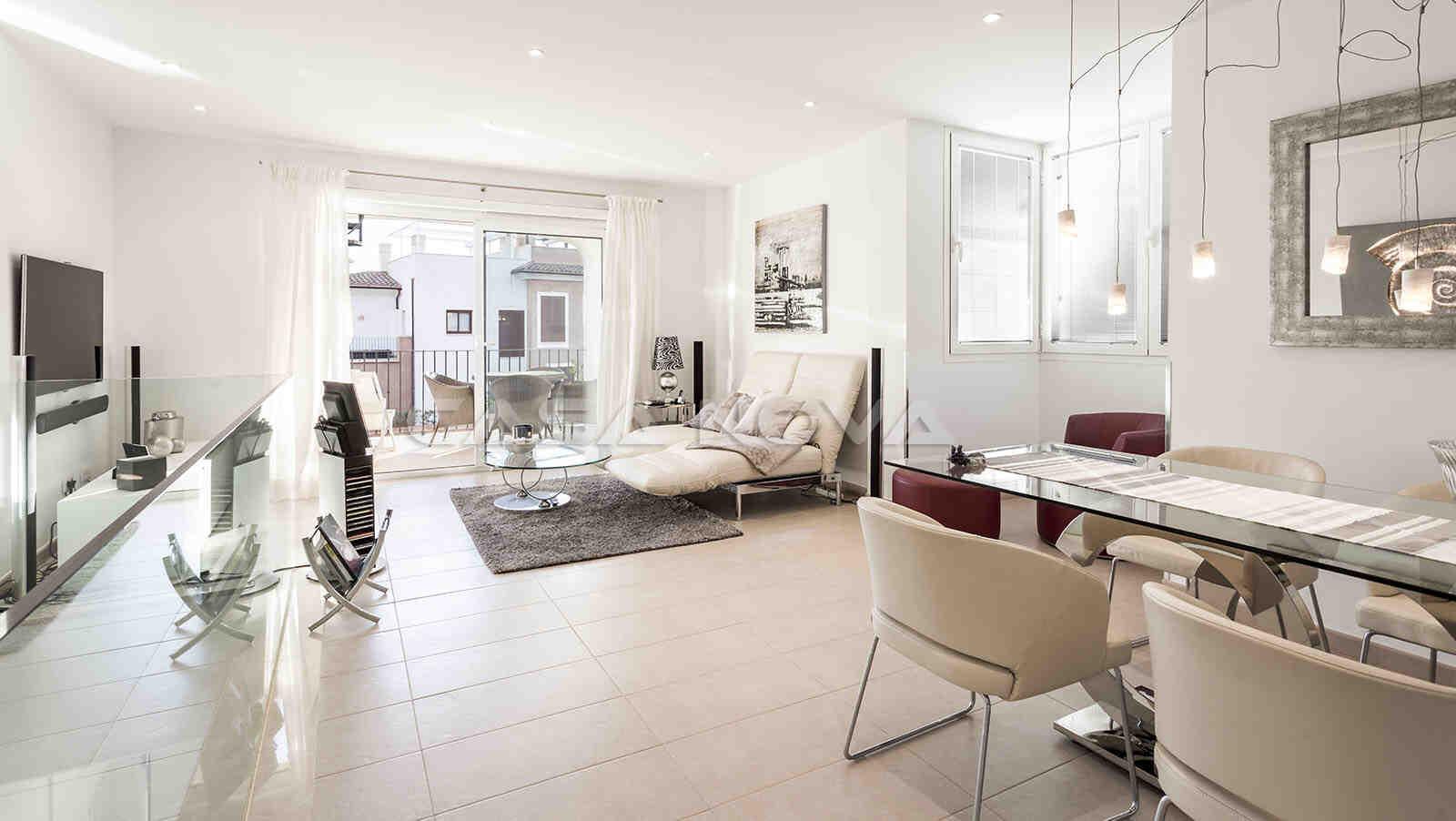 Weitläufiger Wohnbereich mit stilvoller Einrichtung
