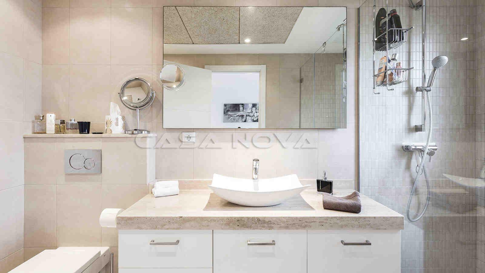 Helles Badezimmer mit Glasdusche