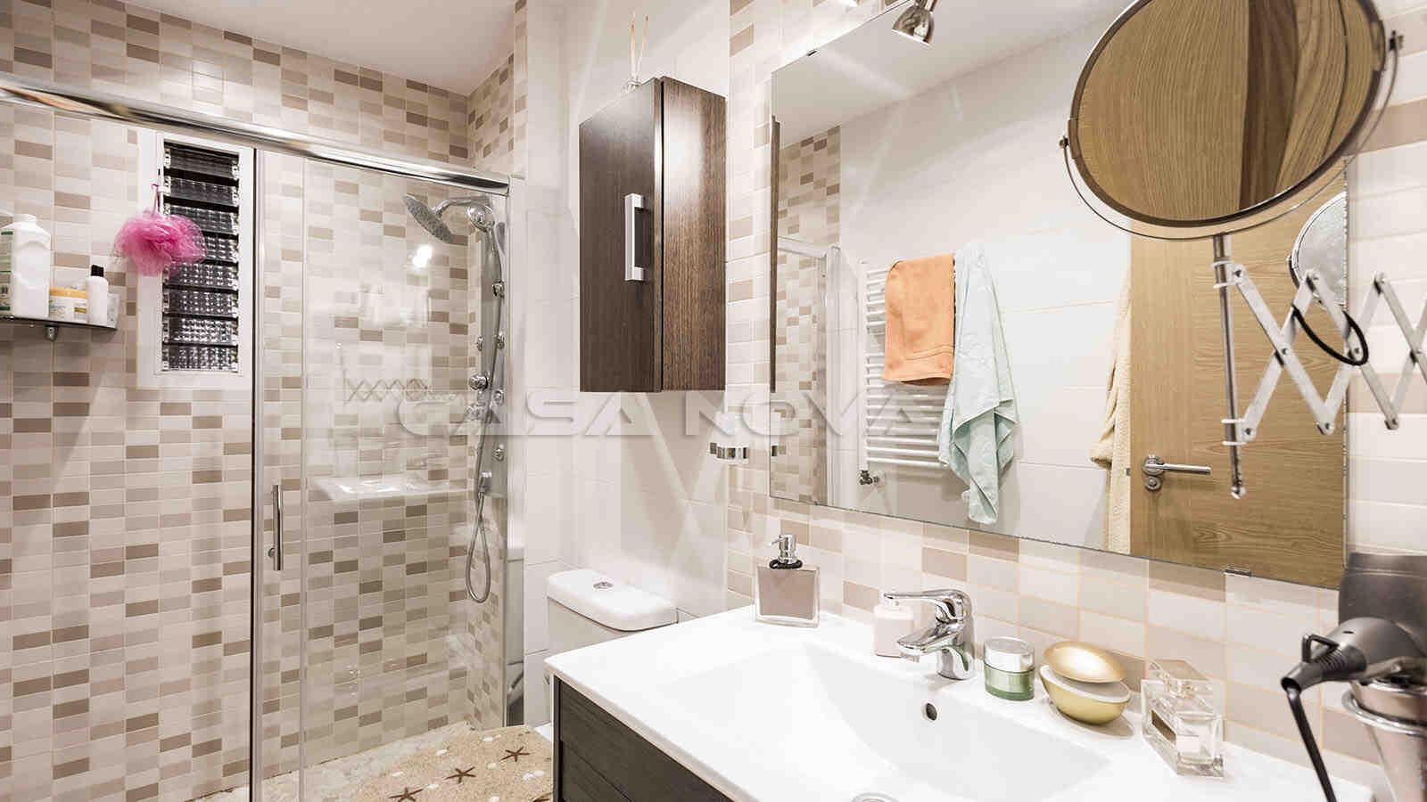 Modernes Badezimmer mit grosser Glasdusche