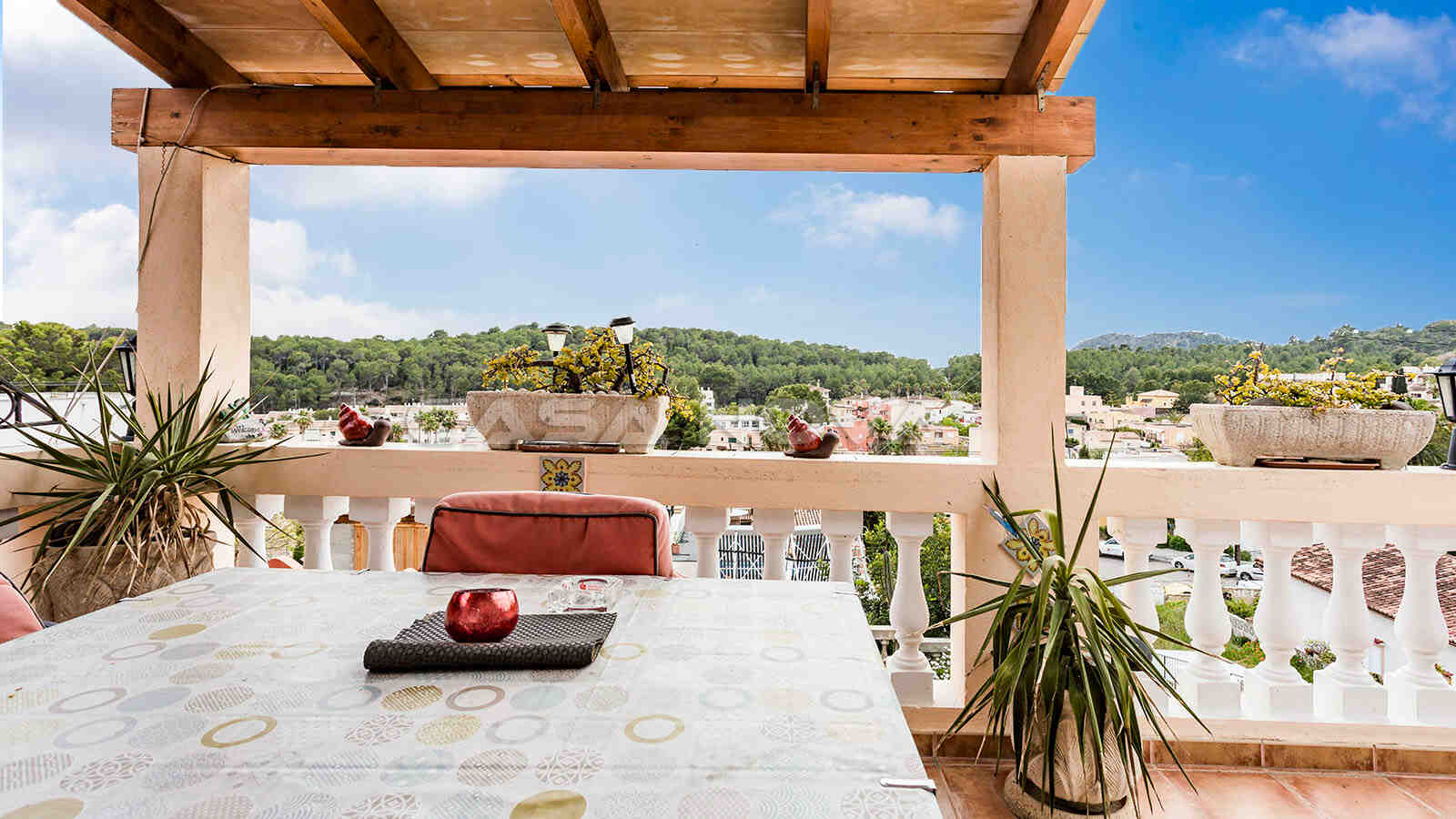 Überdachte Dachterrasse der Immobilie mit wundervollem Blick in die Umgebung