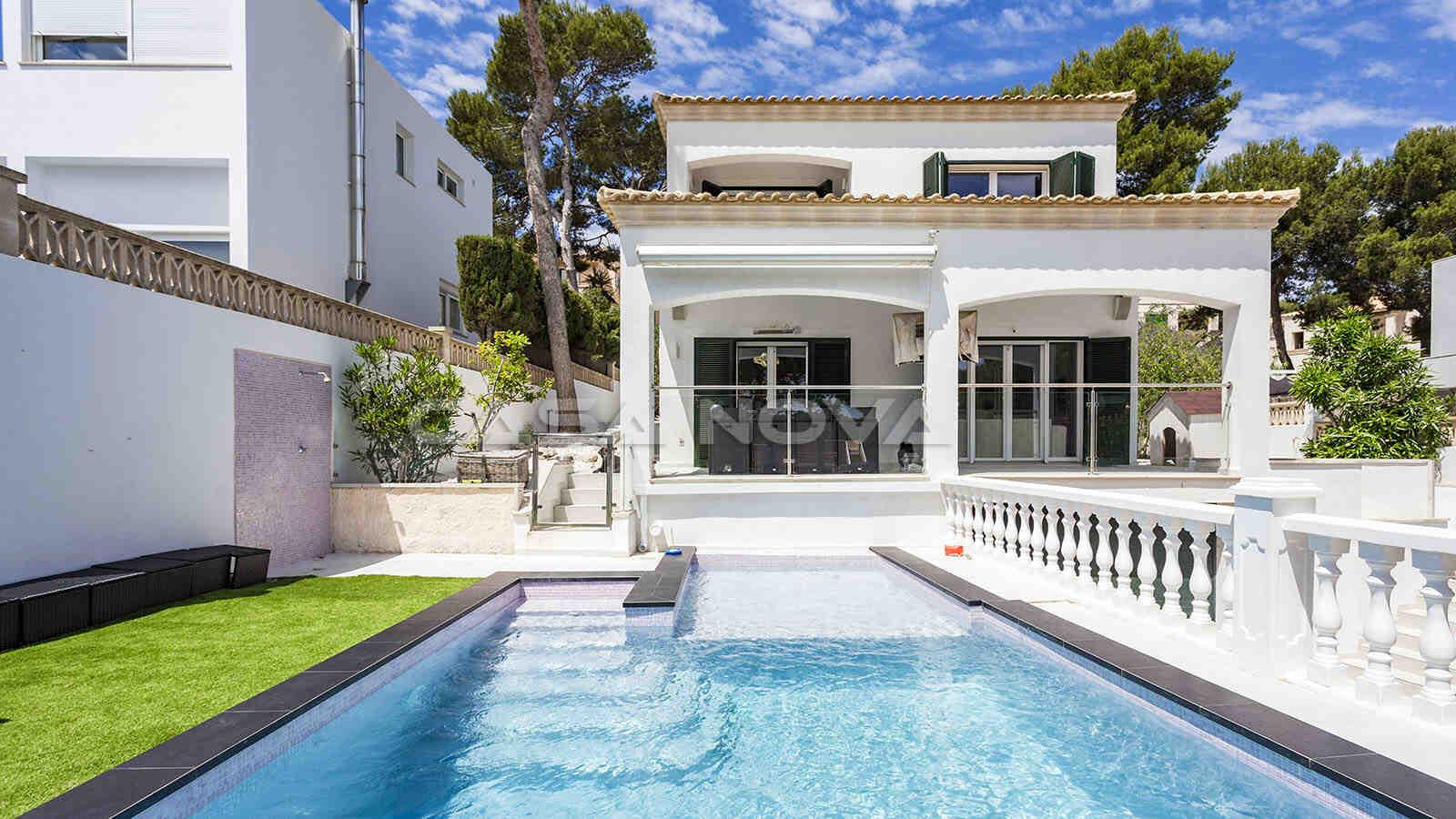 Attraktive Villa mit gepflegtem Garten und Poolbereich