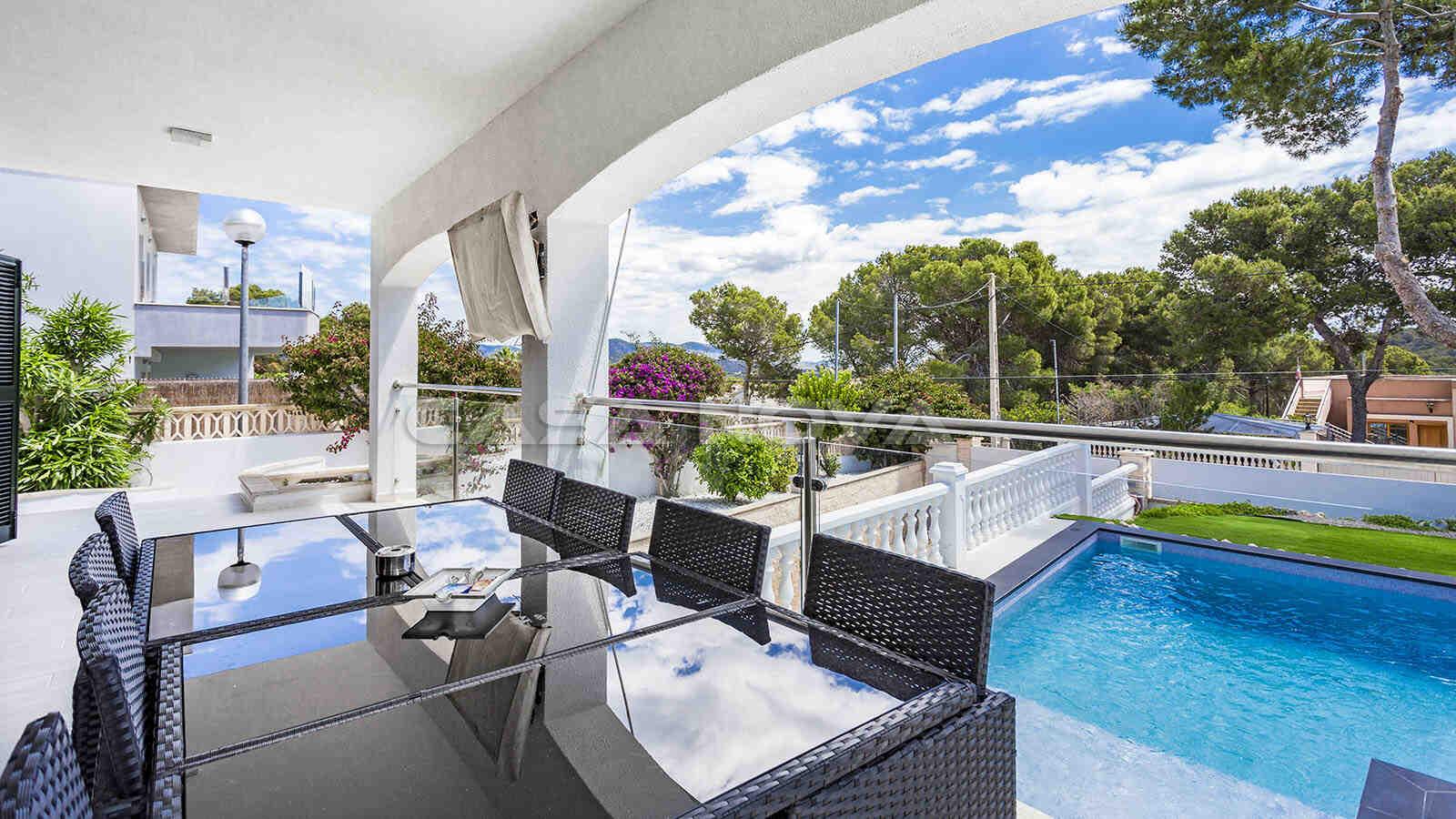 Schicke überdachte Terrasse mit schönem Blick