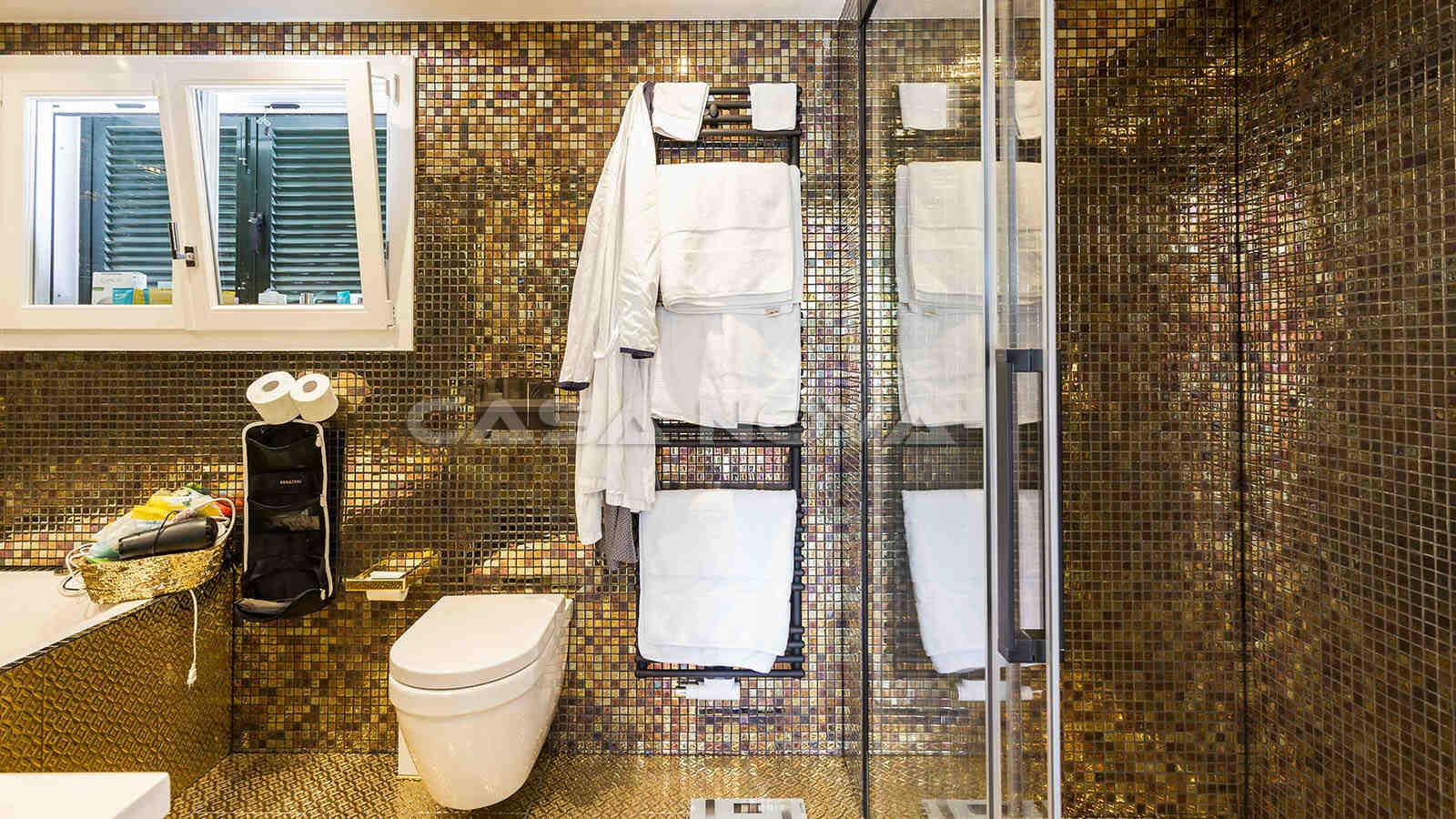 Geschmackvolles Badezimmer mit Glasdusche