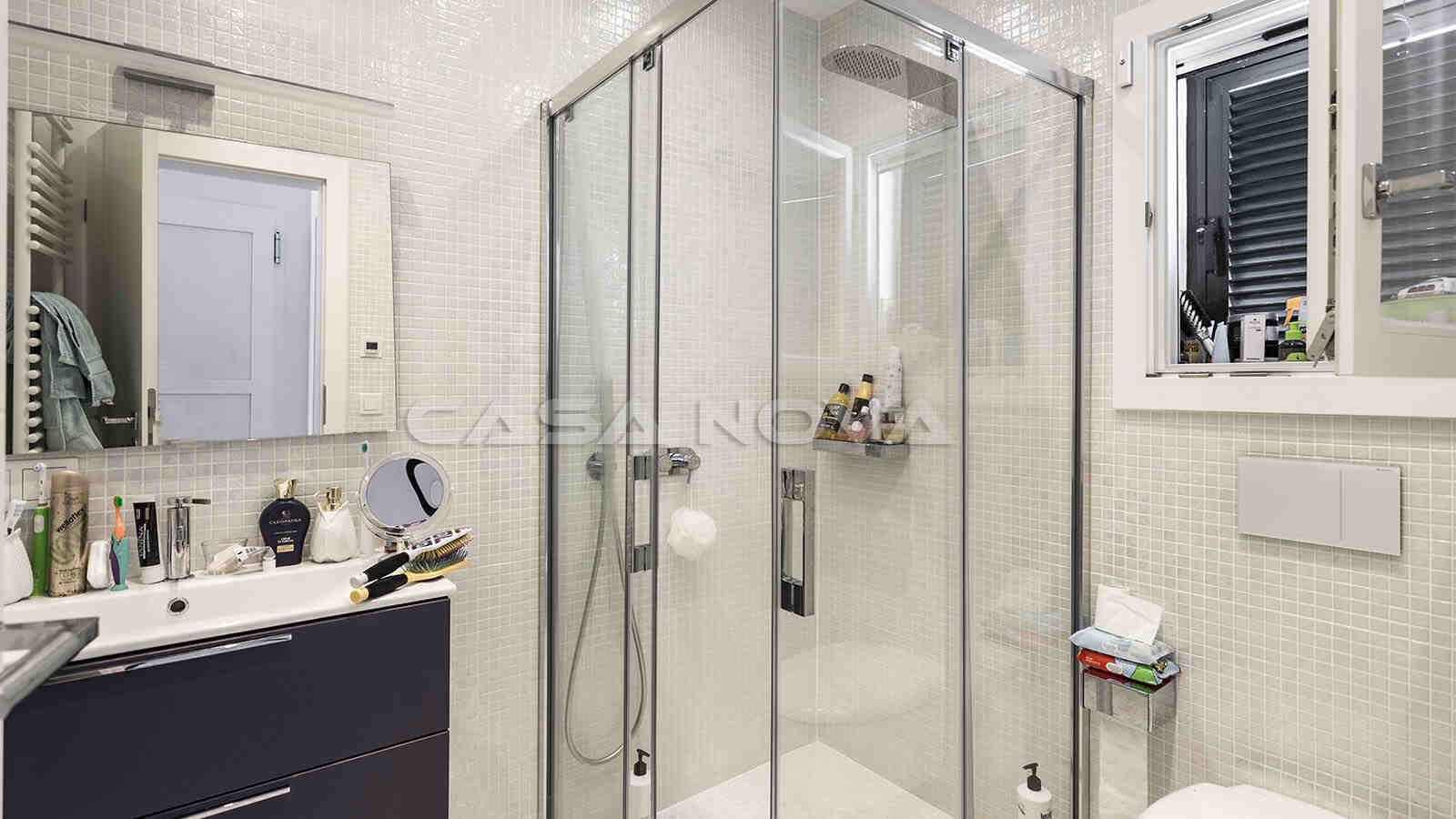 Badezimmer mit moderner Ausstattung