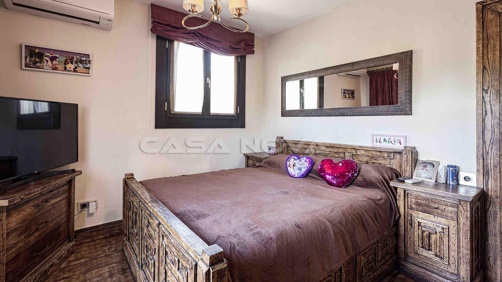 Helles Schlafzimmer mit mediterranen Elementen