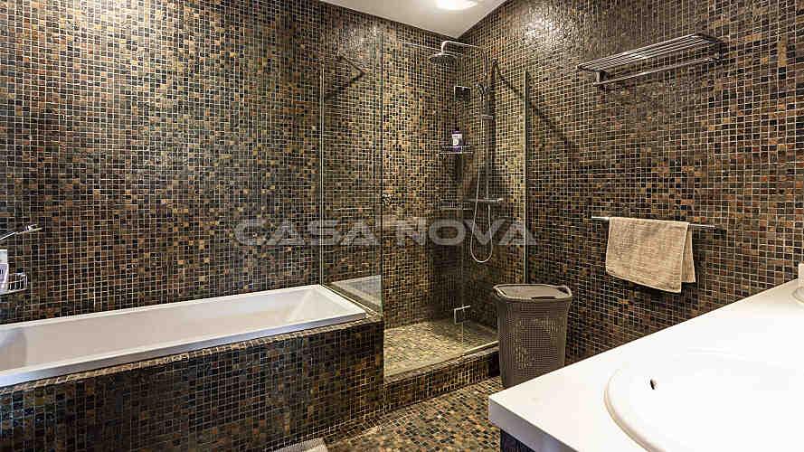 Badezimmer der Immobilie mit Badewanne