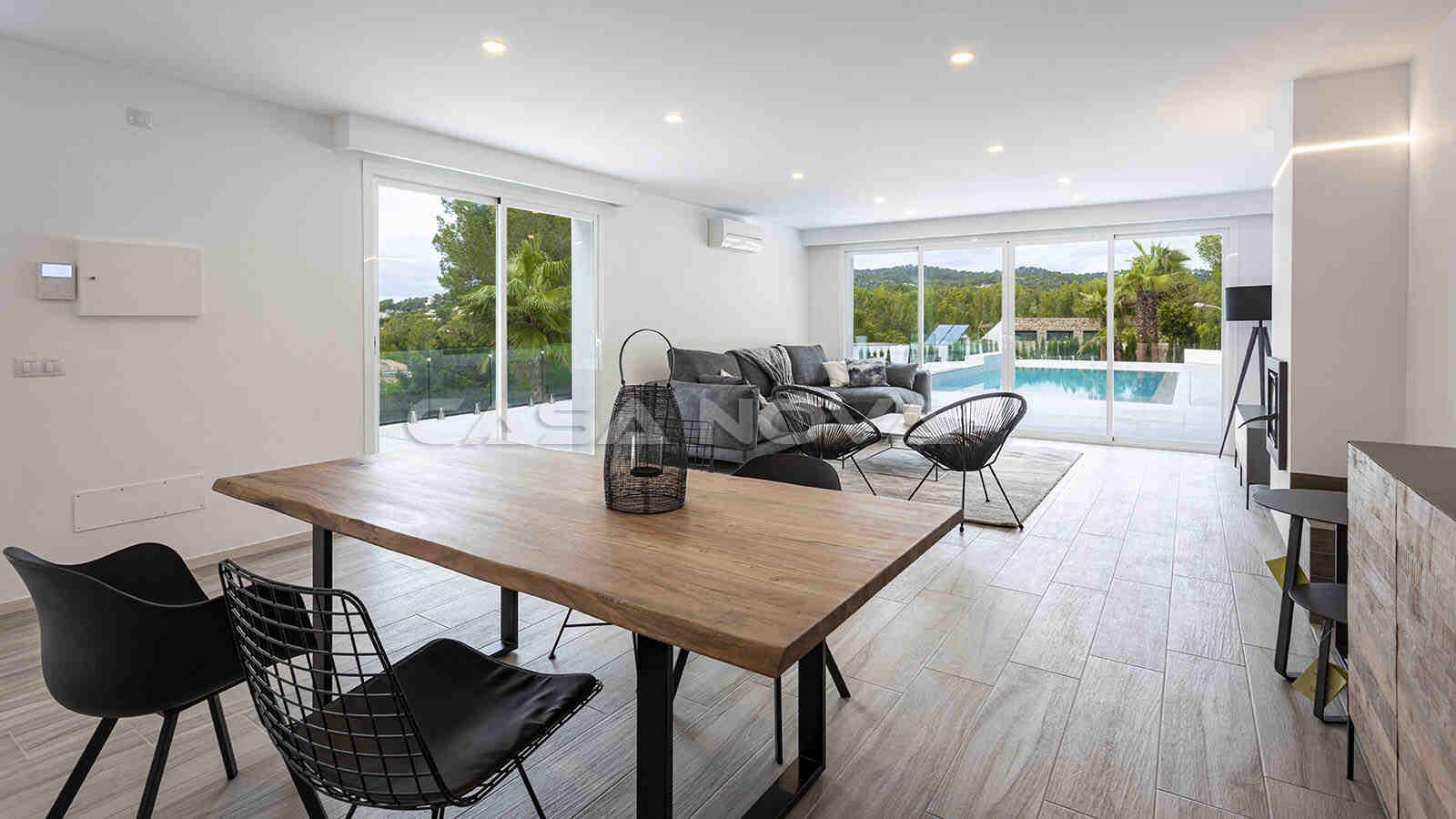 Modernes Wohn und Esszimmer mit Terrassenzugang