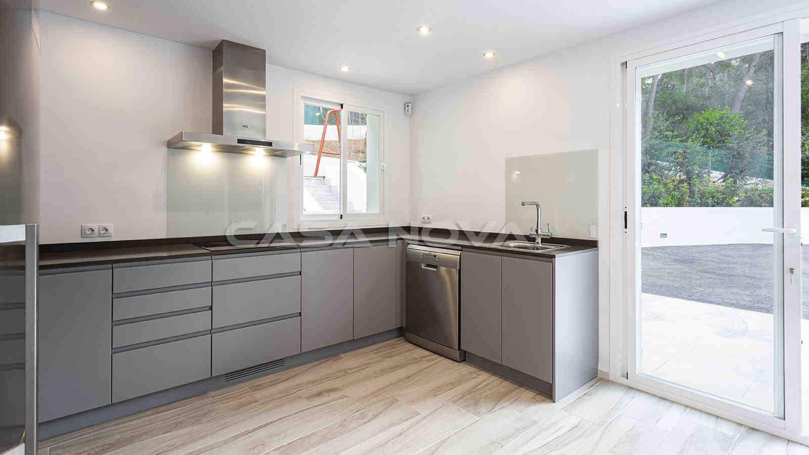 Hoch moderne Einbauküche mit Elektrogeräten