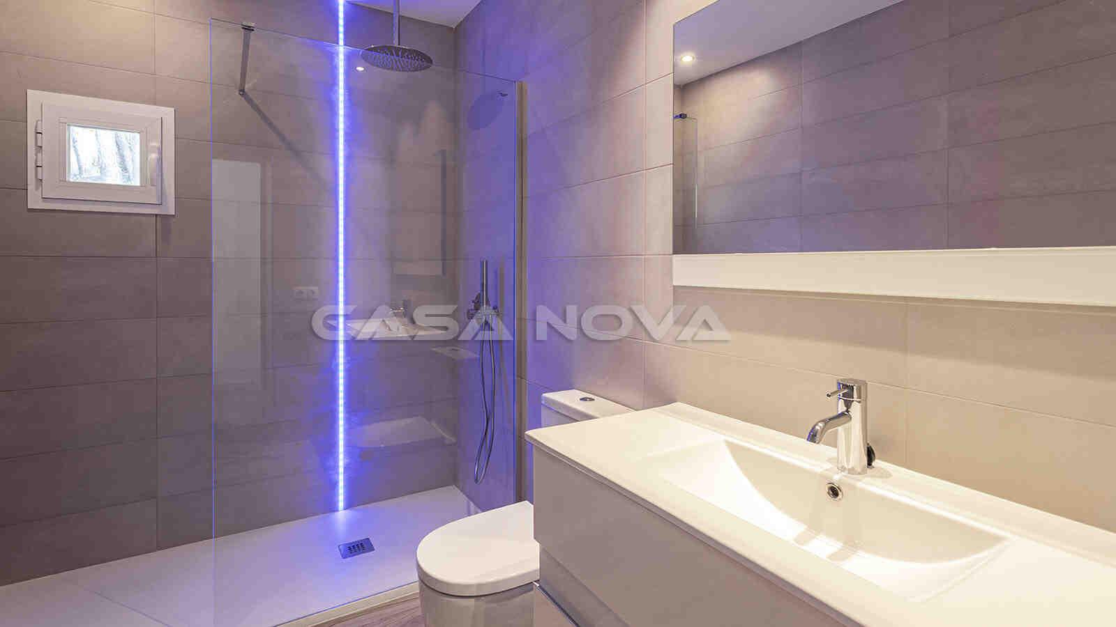 Modernes Badezimmer mit LED- Lichtern