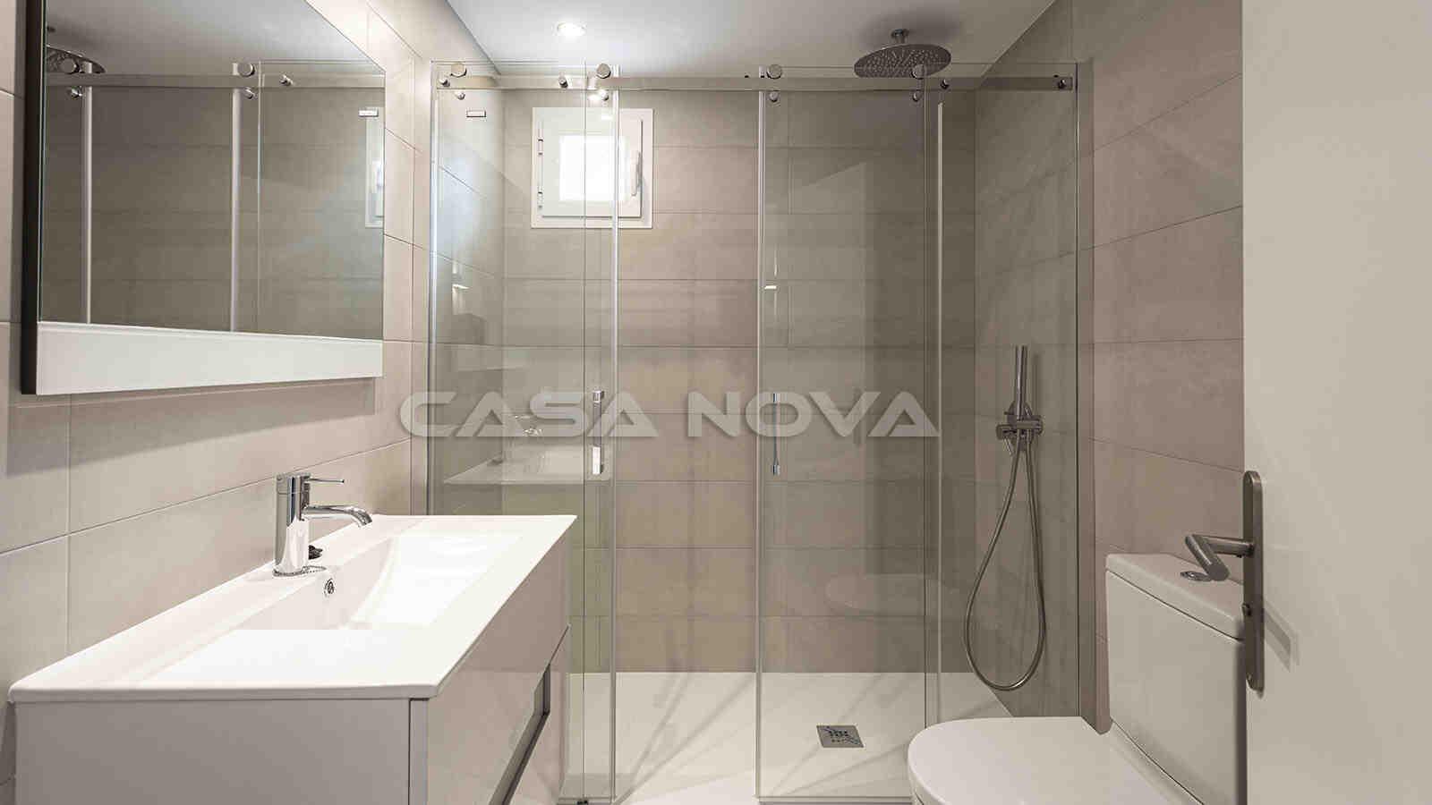 Helles Badezimmer mit moderner Glasdusche