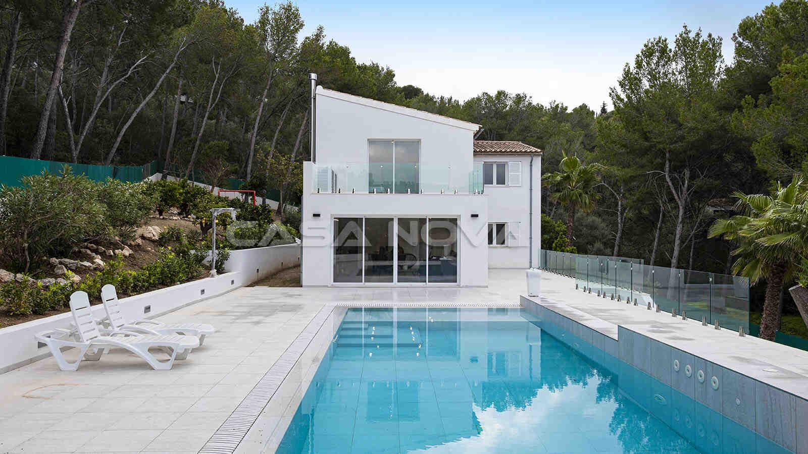 Frontansicht der Mallorca Villa mit Pool