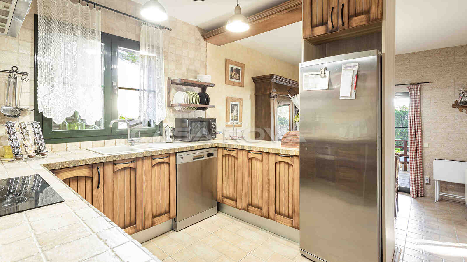 Offene Einbauküche mit Elektrogeräten