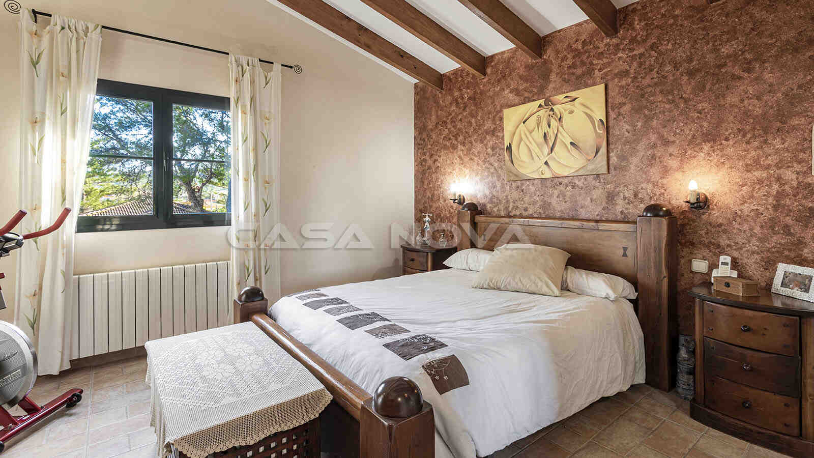 Grosses Schlafzimmer mit Holzbalkendecke