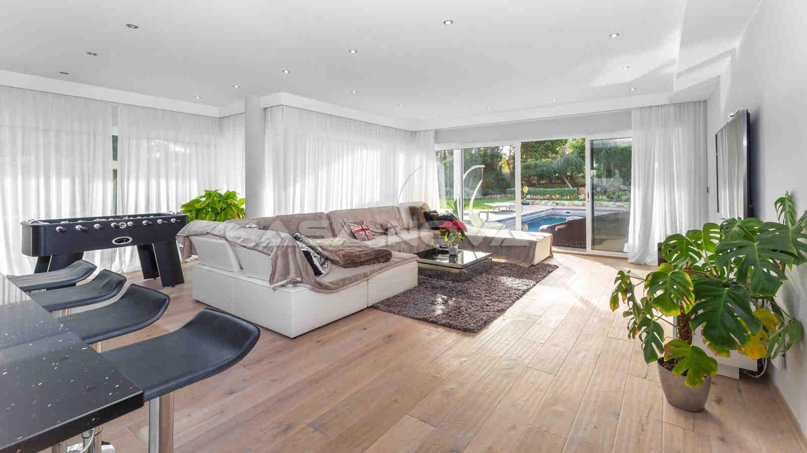 Heller Wohn/ Essbereich mit Terrassenzugang