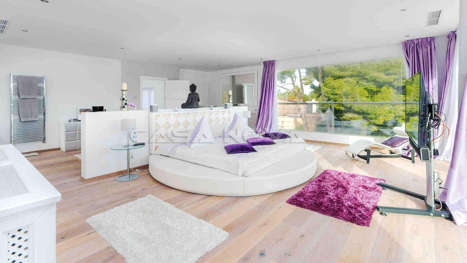 Atemberaubendes Hauptschlafzimmer mit Terrasse