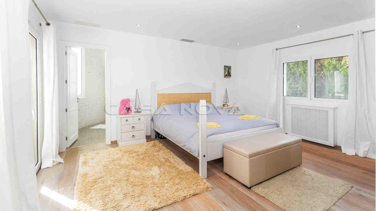 Helles Schlafzimmer mit Bad en Suite
