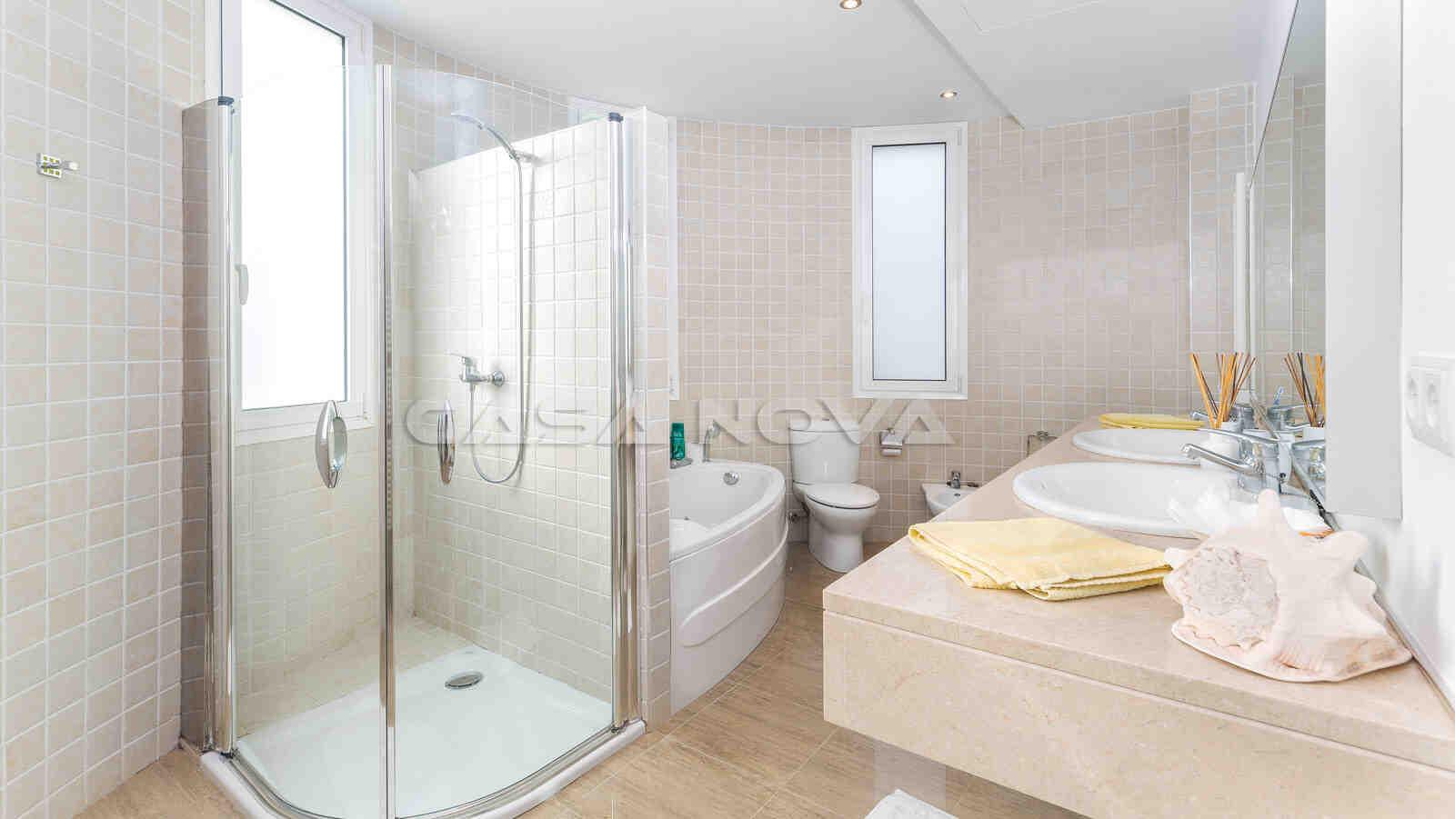 En Suite Badezimmer mit Dusche und Badewanne